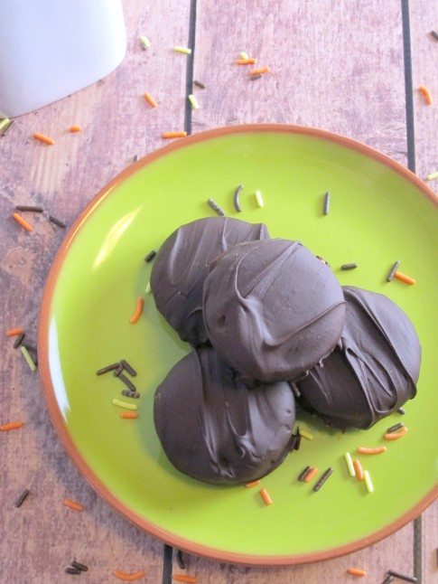 Chocolate Dipped Double Caramel Apple Oreos - Simple yet decadent fall flavored treats!