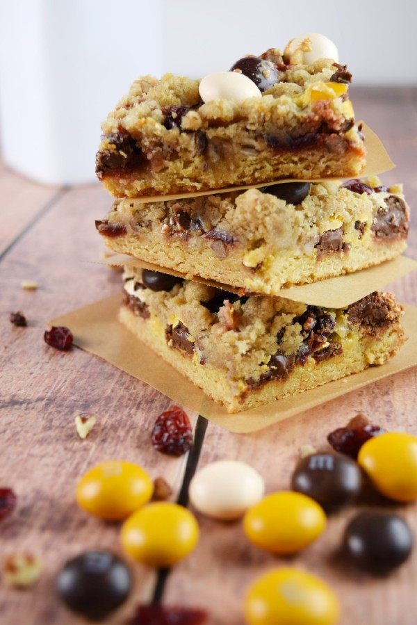These Cranberry Pecan Pie Magic Bars are made with tart dried cranberries and Pecan Pie M&Ms! Perfect for #fall or #Thanksgiving! #magicbar